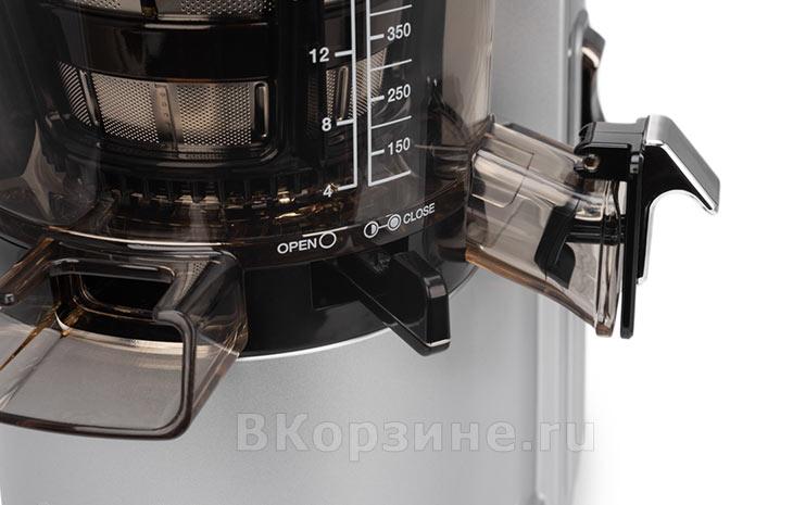 Отверстие для жмыха и рычаг перекрытия выхода жмыха у Sana Juicer EUJ-828, серебристый